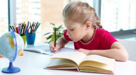 ребенок решает задачи на логику