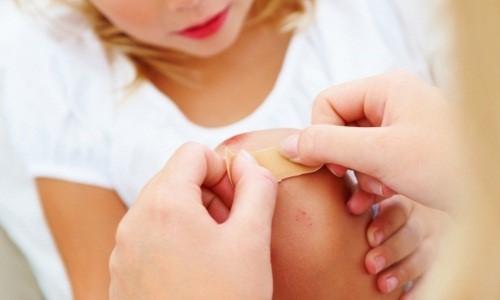 С малых лет учите ребенка не волноваться, когда он видит кровь